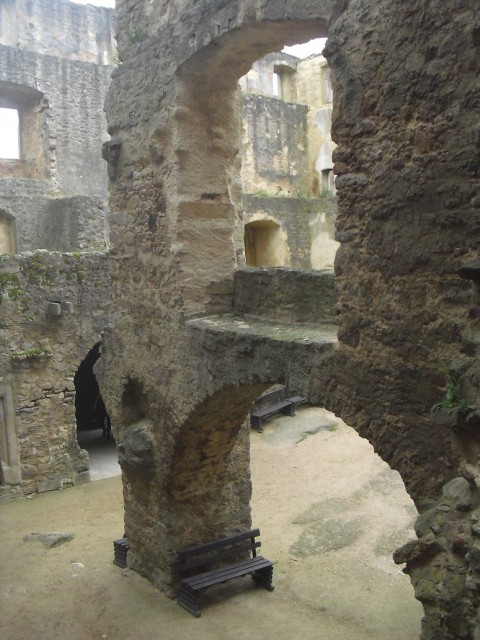 Mohutné zdi bývalého hradu