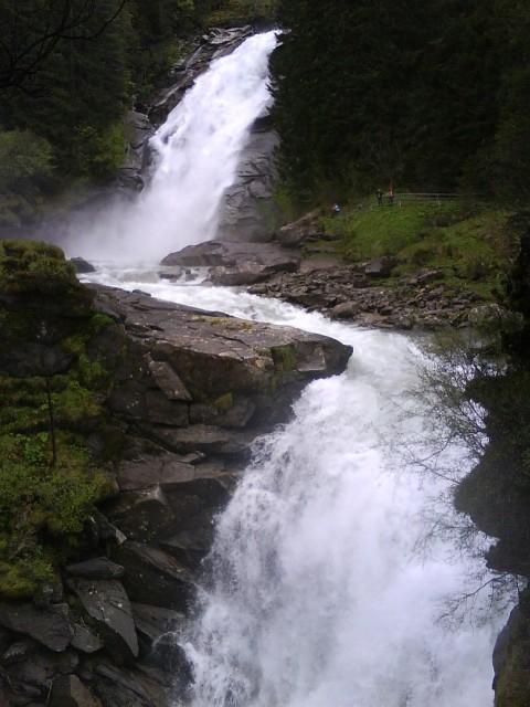Krimmelské vodopády řítící se po skalách