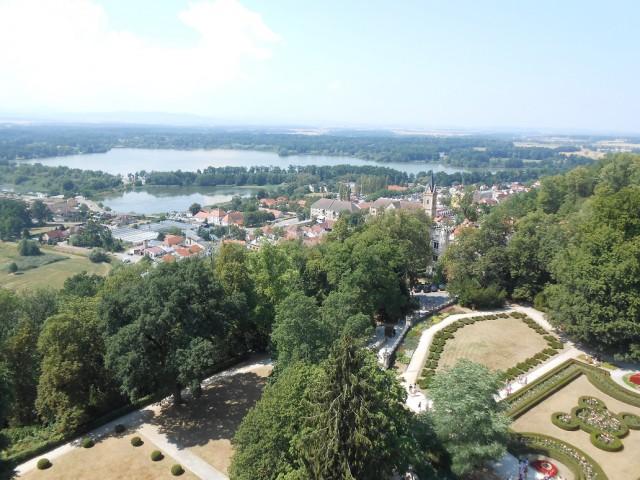 Město Hluboká nad Vltavou při pohledu ze zámecké vyhlídkové