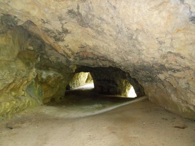 Průchozí tunel ve spodním patře jeskyně Jáchymka