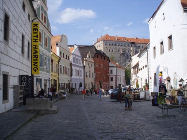 Jedna z historických ulic města s hradem v pozadí