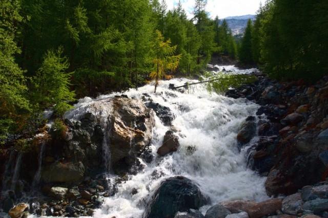 Divoký horský potok v údolí Saas - Švýcarské Alpy