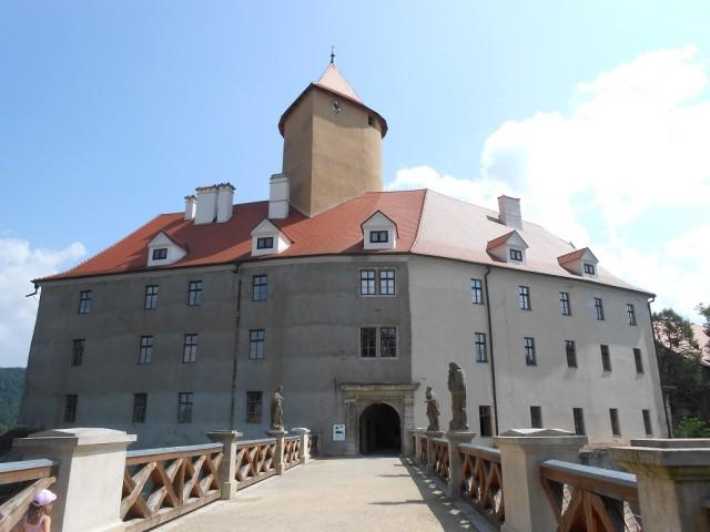 Hradní palác s břitovou věží a mostem