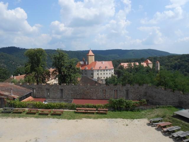 Pohled na hradní areál z hradeb na západním nádvoří