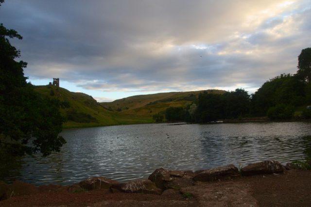 Jezero St. Margaret's Loch, v pozadí zřícenina St. Anthony's Chapel.
