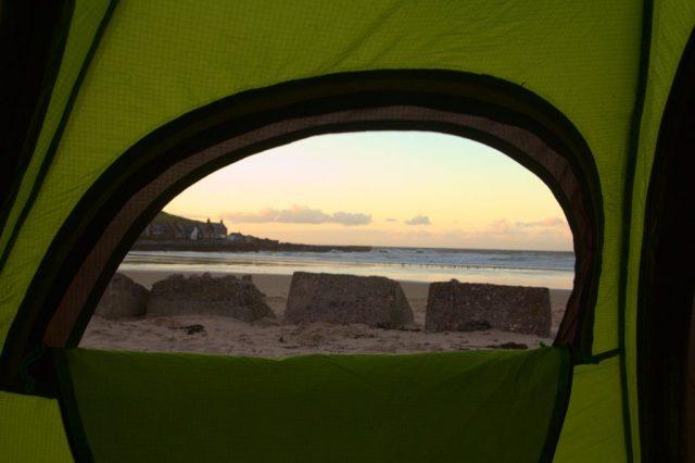 Jeden den jsme měli i ubytování přímo na pláži s výhledem na moře. Na fotogarfii je Severní moře z pláže poblíž vesnice Sandend.