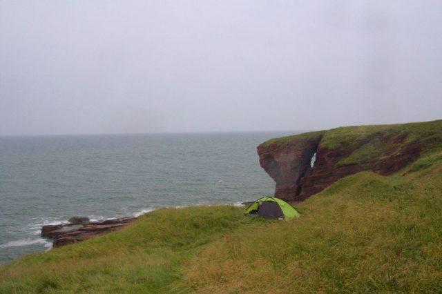 Navzdory počasí jsme si dopřávali ubytování na útesech, na fotografii je ubytování na útesech poblíž města Arbroath.