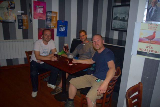 Účastníci zájezdu (já - Radim, Milan a Honza) v jednom z typických skotských pubů v Arbroath.