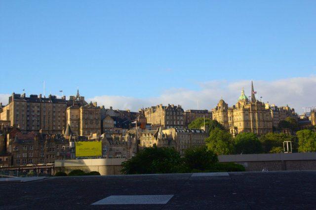 Edinburgh focený z pozice nad podzemním nádraží Edinburgh Waverley railway station.
