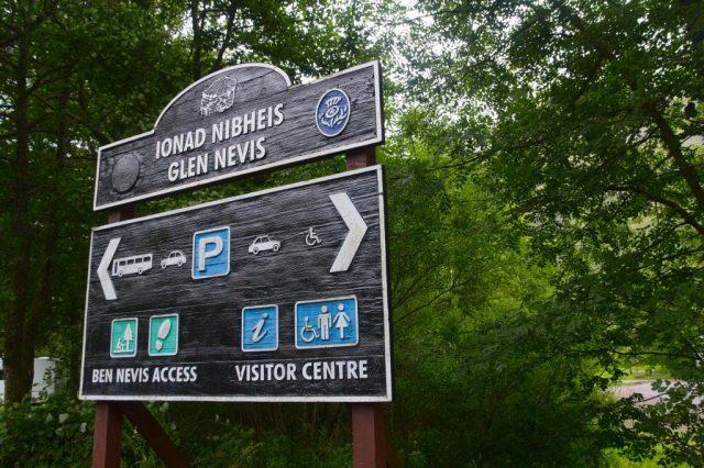 Informační cedule u parkoviště poblíž informačního centra Glen Nevis Visitor Centre.