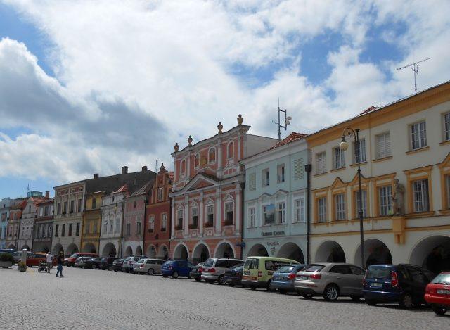Historické domy s podloubím na Smetanově náměstí
