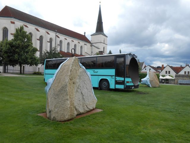 Zvláštní výstava v Klášterních zahradách, v pozadí kostel Povýšení sv. Kříže