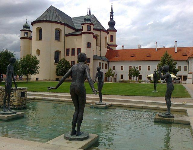 Piaristický kostel Nalezení sv. Kříže a bazének se sochami Olbrama Zoubka v popředí