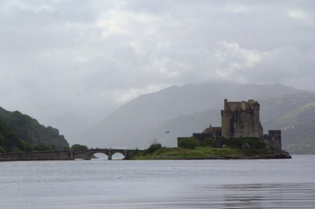 Eilean Donan Castle se halí do mlhy
