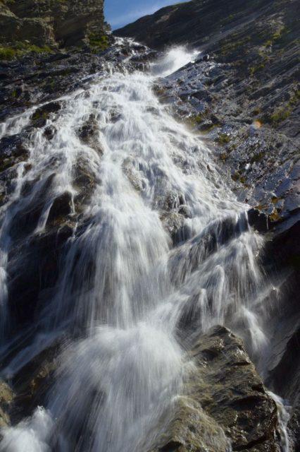 Vodopád horského potoka tekoucího do přehrady Stausee Mattmark