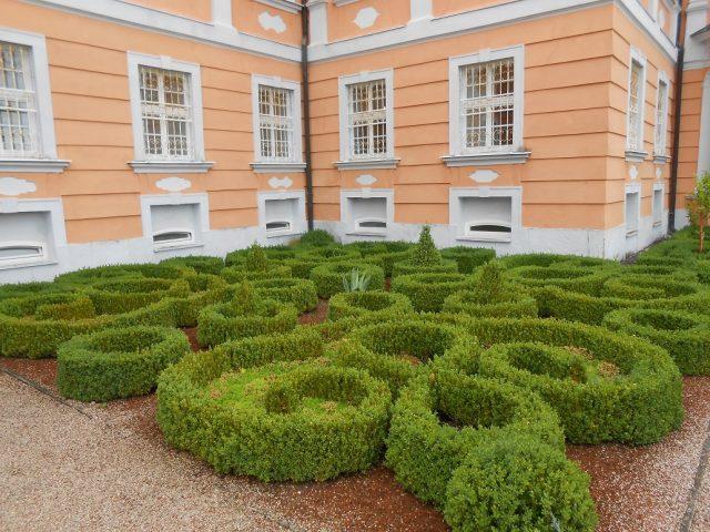 Krásně upravené záhony kolem zámku