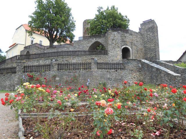 Zahrada s hradbami