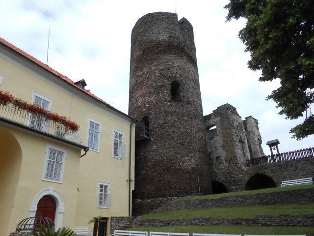 Empírový palác a gotická věž hláska