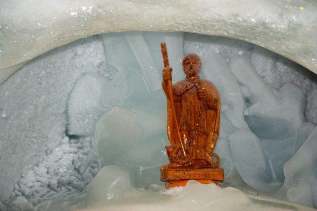 Socha v ledové jeskyni Ice Pavilon na Mittelallalin.