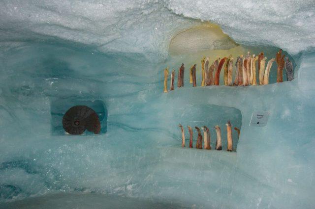 Sochy v ledové jeskyni Ice Pavilon na Mittelallalin.