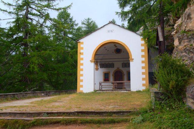 Kaple na svahu mezi Saas-Grund a Saas-Fee.