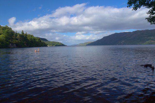 Co to plave v levé části fotografie na hladině jezera Loch Ness? Příšera, nebo autor článku?