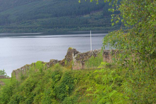 Hrad Urquhart Castle na břehu jezera Loch Ness.
