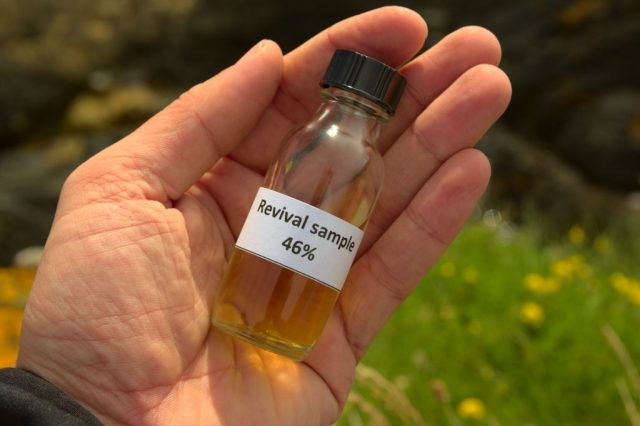 Degustační vzorek whisky vypálený v Glenglassaugh Distillery, Skotsko
