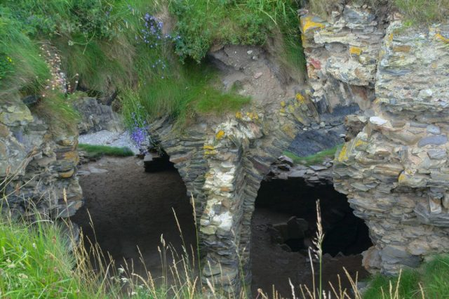 Findlanter Castle - pozůstatky místností, Skotsko