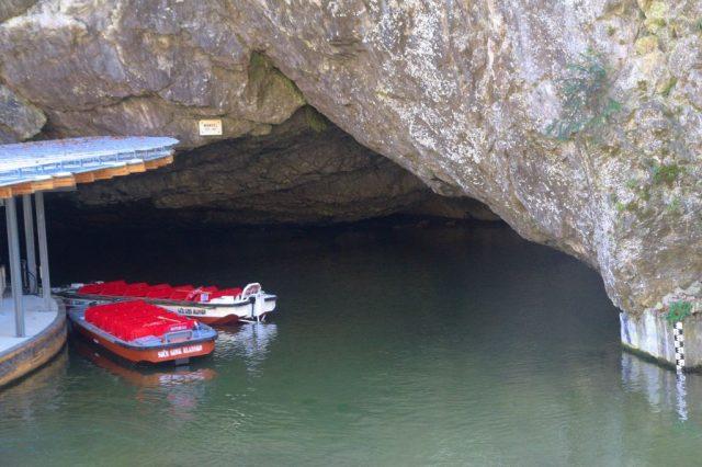 Ponorná řeka Punkva vytékající z Punkevní jeskyně, Moravský kras
