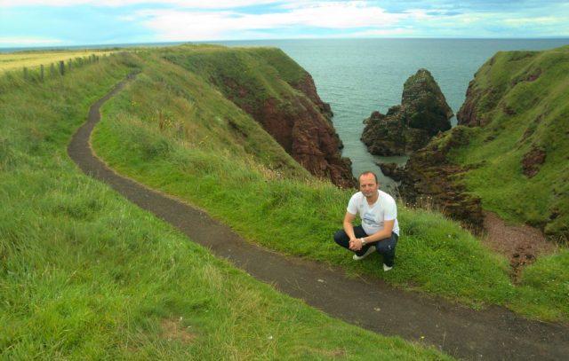 Já (Radim Dostál) na útesech Seaton Cliffs severně od Arbroath - Skotsko