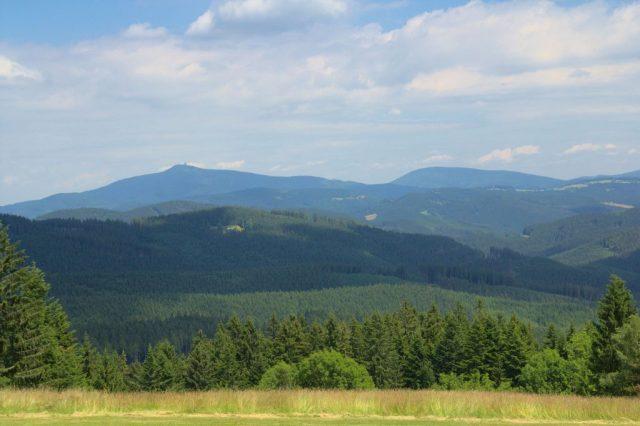Výhled na Moravskoslezské Beskydy cestou ze sedla Smutníky