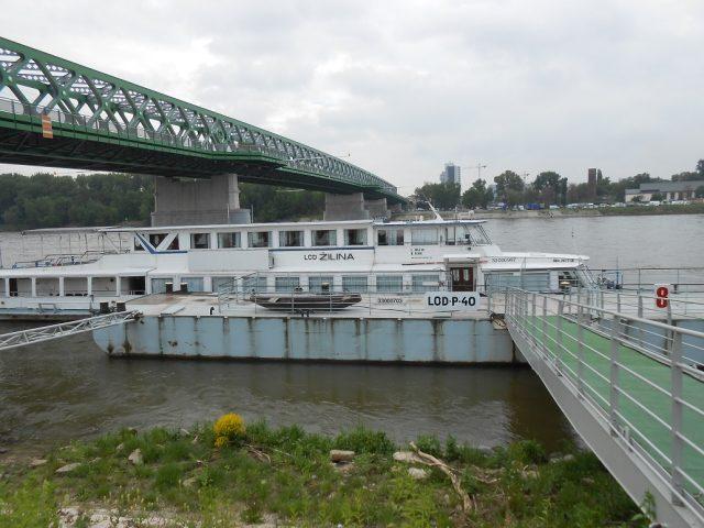 Vyhlídková loď vyplouvá od Starého mostu