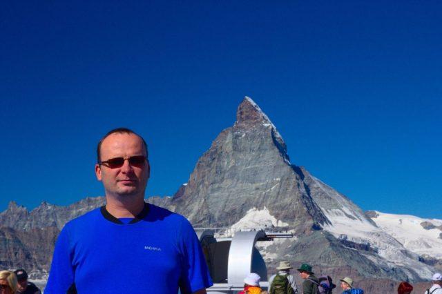 Já (Radim Dostál) na vrcholu Gornergrat, v pozadí observatoř a v dáli Matterhorn - Švýcarské Alpy