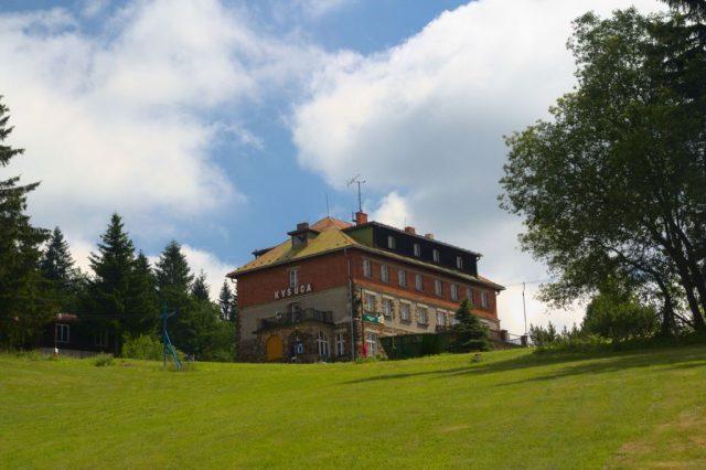 Opuštěná budova hotelu Kysuca je němým svědkem zašlé slávy - Bílý Kříž, Moravskoslezské Beskydy