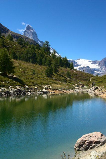 Grünsee bei Zermatt, v pozadí Matterhorn - Švýcarské Alpy