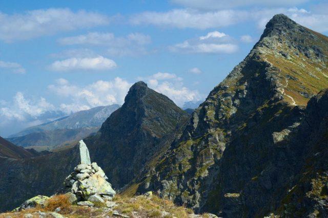 Výhled z nepojmenovaného vrcholu nad Smutným sedlem, zleva Ostrý Roháč a Plačlivé