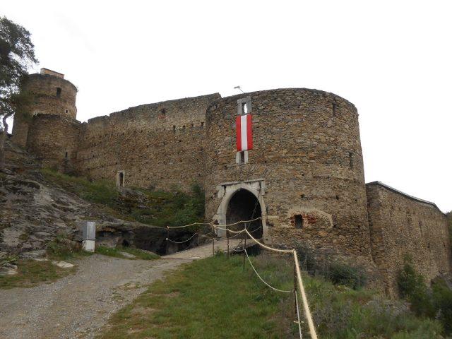 Vstupní věž s bránou a bývalým padacím mostem