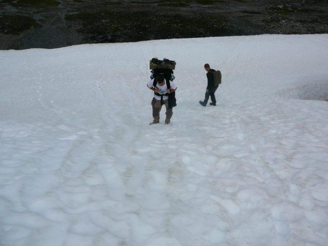Rozsáhlá sněhová pole notně zpomalují náš postup