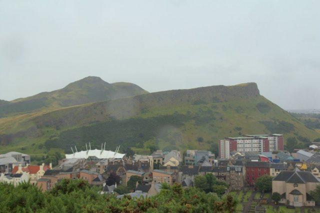 Výhled z vrcholku Caltion Hill v Edinburghu