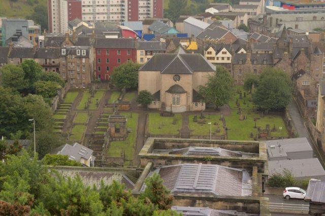 Výhled na Canongate Kirk z Calton Hill, Edinbugh