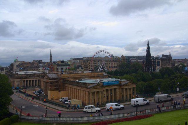National Galleries of Scotland, napravo v pozadí Scott Monument - Edinburgh