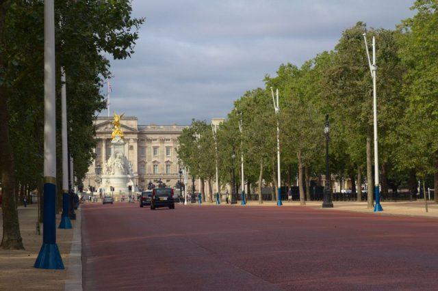 Pohled z Bulváru The Mall na Pomník královny Viktorie a Buckinghamský palác, Londýn
