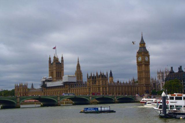 Westminsterský palác s věží Big Ben (napravo) - Londýn