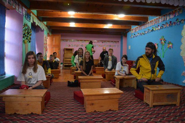 V místní škole sedávají v tureckém sedu na zemi.