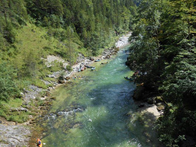 Modrozelená voda řeky Salzy a oblíbené místo zastavení vodáků