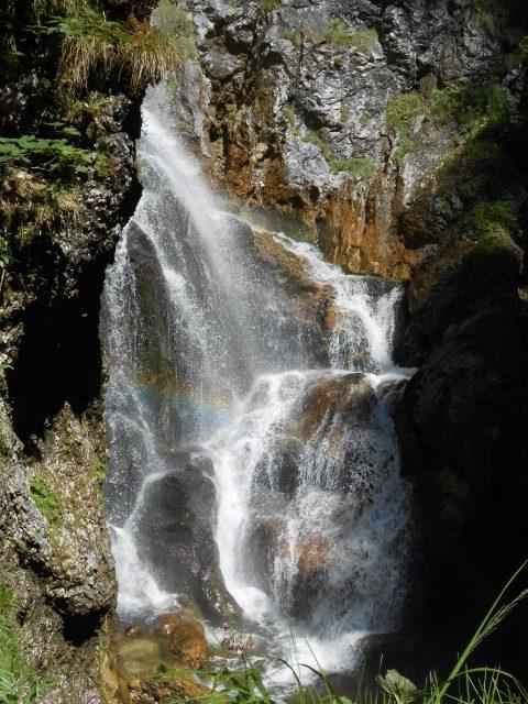 Voda a slunce rozehrály na mnoha místech duhové divadlo