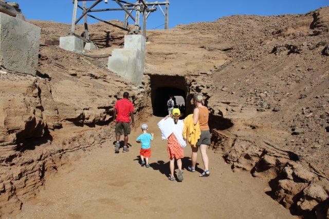 Vchod do kráteru sopky, kde se nachází jezero Salinas