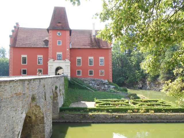Přístup do hradu je možný jen přes most.