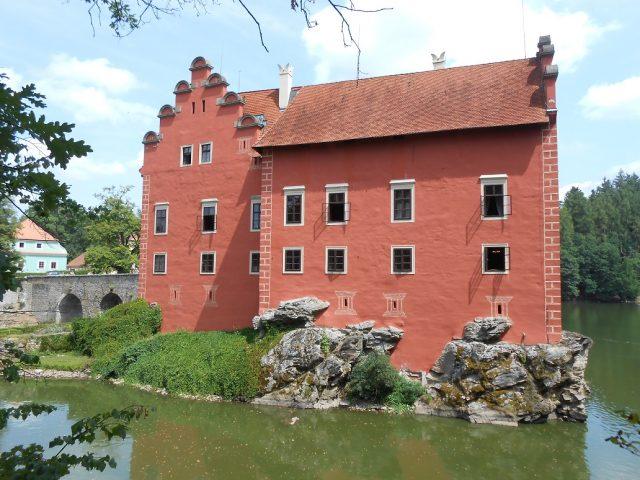 Červená barva zámku je nepřehlédnutelná.